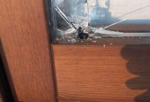 Sente un rumore, va in cucina e trova i ladri che provano a sfondare il vetro