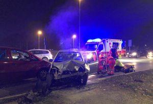 Schianto frontale in via XXI aprile, coinvolte tre auto: due feriti al pronto soccorso