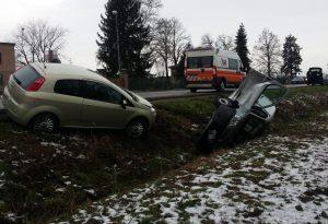 Fornace Felina, auto ribaltata dopo lo scontro: tre feriti, uno è grave