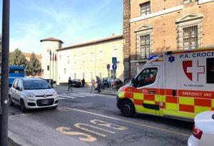 Pedone investito davanti a Palazzo Farnese mentre attraversa la strada