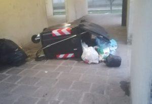 Raid in tutta la città, caccia al vandalo solitario che colpisce ormai da un mese