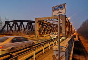"""Si solleva un giunto del """"ponte di ferro"""" di Castelvetro, intervento d'urgenza dei tecnici. Disagi al traffico"""