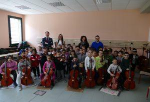 Piccoli alunni a scuola di violino con l'associazione Pierluigi Bricchi