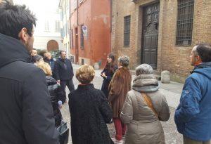 Gruppo di 50 turisti nei sotterranei della chiesa di San Giorgio con il Fai