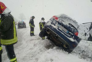 Fitta nevicata sul Piacentino, strade imbiancate e scivolose: disagi e incidenti