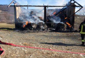 Divampa un rogo in un cascinale: decine di rotoballe in fiamme. Incendio boschivo sul Penice