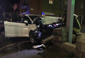 Ancora uno schianto lungo le strade cittadine: auto sfonda un muretto, gravi due giovani