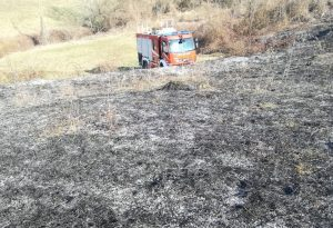 Incendio divora un campo a Calenzano di Bettola. Fiamme vicino al bosco