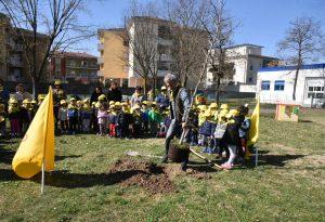 """Piantare un albero per salutare la primavera: """"lezione"""" della Coldiretti"""
