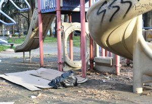 Degrado, giochi rotti e persino chi si accoppia: la difficile situazione dei parchetti cittadini
