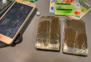 Due etti di droga negli slip, arrestato. Scoperti grazie al fiuto del cane antidroga