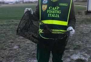 Dal canale spunta attrezzo per pesca illegale. Due uomini in fuga