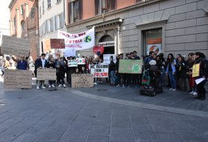 """""""Ne abbiamo pieni i polmoni"""": sit in degli studenti per l'ambiente"""