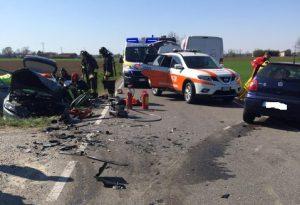 Muradolo, frontale in curva: auto nel canale e cinque feriti. Uno è grave