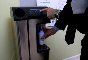 Acqua gratuita dalle fontanelle con le borracce: 94mila bottiglie di plastica risparmiate