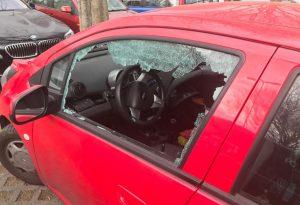 Ladri e vandali, spaccati i finestrini delle auto al parcheggio della stazione di viale Sant'Ambrogio