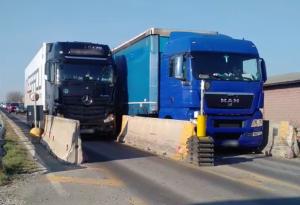 Ponte di Pievetta, camion ignorano i divieti e si incastrano: traffico in tilt