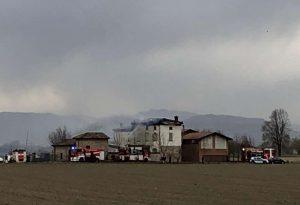 Tetto in fiamme a Pontenure, cinque squadre per domare il rogo