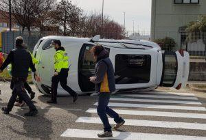 Terribile scontro: auto si ribalta, feriti mamma e bimbo piccolo