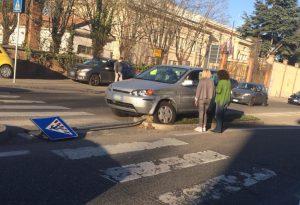Schianto alla rotatoria: auto sale sullo spartitraffico e abbatte un cartello stradale