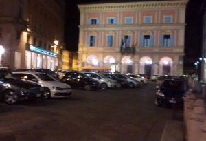 Auto che passano in piazza Cavalli e sul Corso: arrivano le telecamere