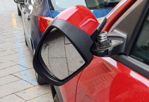 Specchietti rotti e fiancate danneggiate: raid vandalico alla Lupa