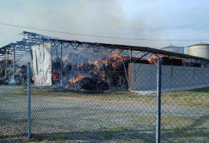 Fienile divorato dal fuoco in pochi minuti, brucia un tetto in amianto. Lungo intervento dei vigili del fuoco