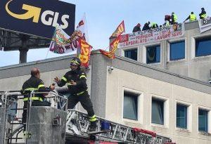 Protesta contro il licenziamento: facchini salgono sul tetto della Gls. Forze dell'ordine sul posto