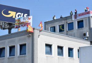 Operai sul tetto dell'hub di Montale da una settimana, la Gls presenta denuncia e diserta l'incontro in prefettura