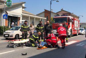 Urtata dallo specchietto di un'auto sulle strisce pedonali, donna ferita a San Nicolò