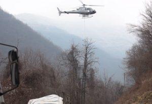Frana di massi a Restano di Bettola, sistemazione con l'aiuto dell'elicottero