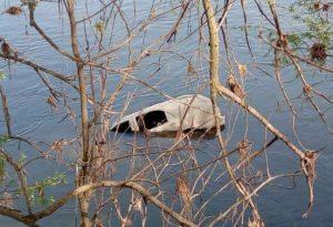 Dall'acqua del Po spunta la carcassa di un'auto. Misterioso ritrovamento a Calendasco
