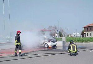 Auto a Gpl inghiottita dalle fiamme nel parcheggio di un supermercato VIDEO