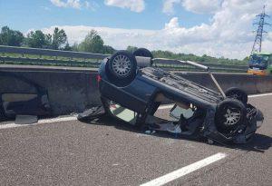 Auto ribaltata in A1 a Pontenure, conducente gravemente ferito