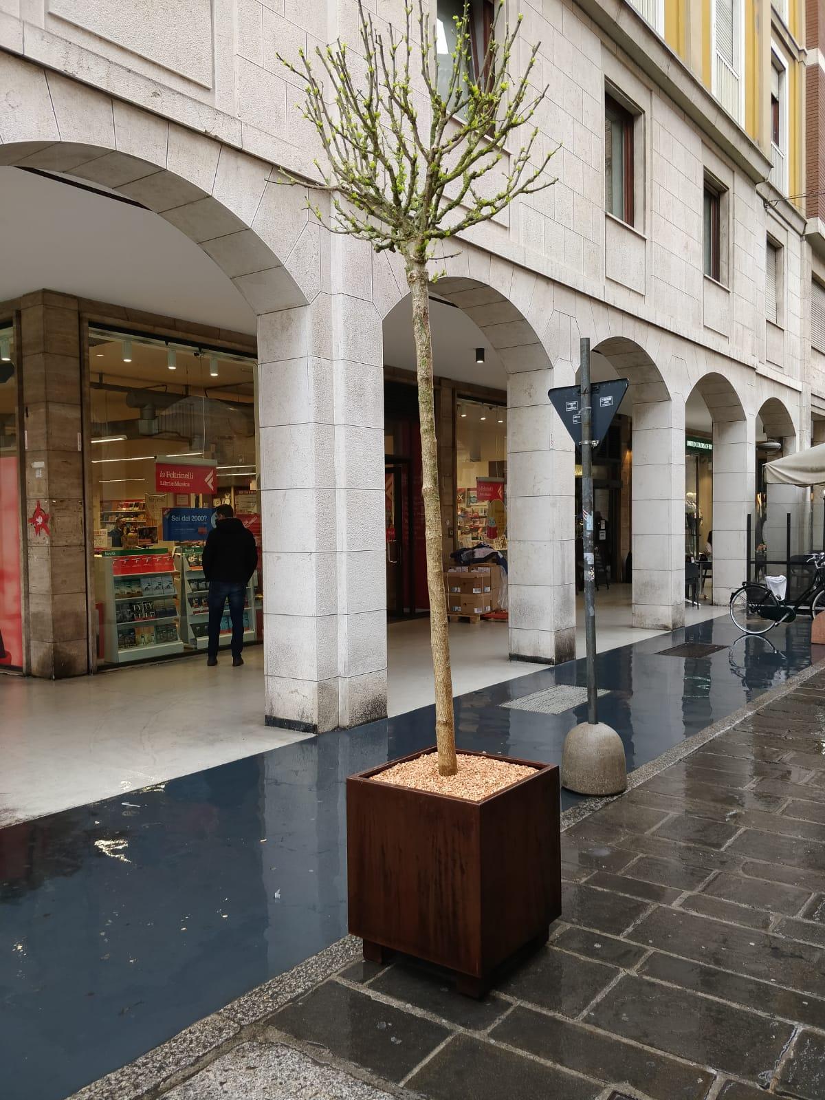 Fioriere e nuovo arredo urbano il centro storico si rif for Fioriere arredo urbano