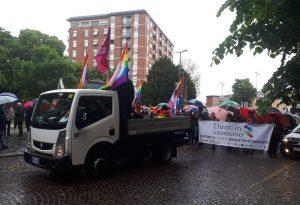 """""""Diritti in cammino contro le discriminazioni"""": la pioggia non ferma il corteo"""