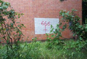 Vandali in azione: simboli satanici sulla parete di Nostra Signora di Lourdes