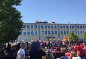 Facchini sul tetto della Gls, dopo 15 giorni termina la clamorosa protesta dei lavoratori