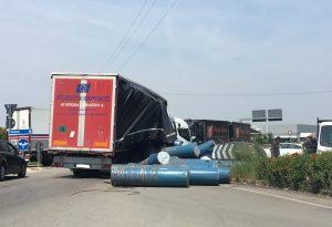 Camion perde il carico alla rotonda di Gariga: fusti sulle auto in sosta