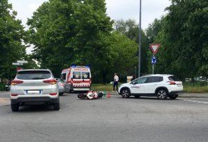 Scontro auto-moto alla rotonda di via XXI Aprile, centauro ferito