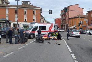 Scontro frontale tra un'auto e una moto a Pontenure, centauro all'ospedale