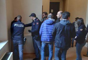 Dopo la rissa e le coltellate, lo scontro prosegue in tribunale. Restano in carcere i tre arrestati