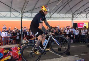 """Acrobazie e salti """"impossibili"""": Brumotti dà spettacolo al Rossetti Market di Alseno"""