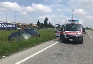 Schianto tra due auto, una finisce nel canale: due feriti