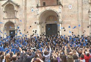 Piazza Duomo in festa per i laureati della Cattolica. Tradizionale lancio del tocco