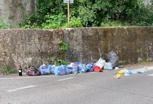 Inciviltà senza fine: sacchetti pieni di rifiuti abbandonati in strada