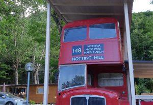 Costruisce una casa a due piani in un vecchio London Bus