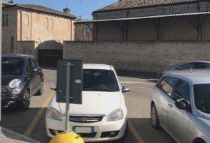 Posti auto rubati ai disabili davanti all'ospedale di Fiorenzuola: i vigili non possono dare multe