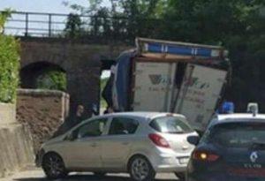 Tir spagnolo si incastra nel sottopassaggio ferroviario di Caorso, strada per Chiavenna chiusa due ore
