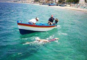 Attraversa a nuoto lo stretto di Messina dopo il trapianto al figlioletto